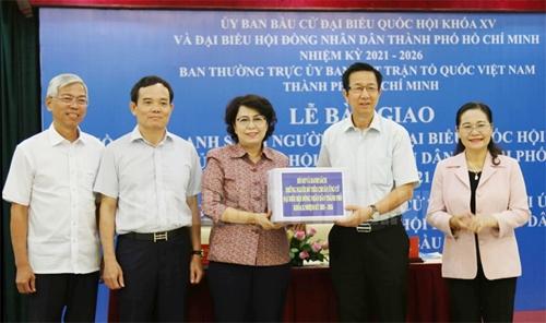 TP Hồ Chí Minh Bàn giao hồ sơ và danh sách những người đủ tiêu chuẩn ứng cử ĐBQH, HĐND