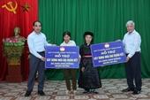 Chủ tịch Ủy ban Trung ương MTTQ Việt Nam tặng quà cho hộ nghèo tại Tuyên Quang