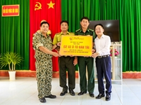 Lãnh đạo tỉnh Cà Mau và T T Group thăm và tặng quà cán bộ chiến sỹ làm nhiệm vụ trên đảo Hòn Khoai