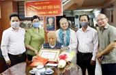 Thành phố Hồ Chí Minh trao Huy hiệu Đảng dịp 19 5