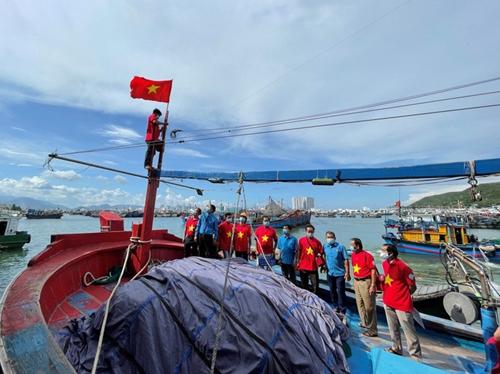 Lan tỏa Chương trình Một triệu lá cờ Tổ quốc cùng ngư dân bám biển