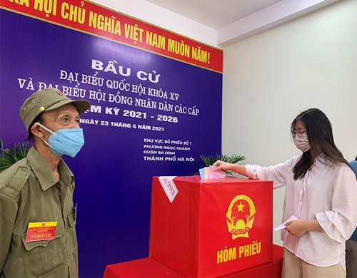 Hà Nội Cử tri nghiêm túc thực hiện biện pháp phòng chống dịch khi đi bỏ phiếu
