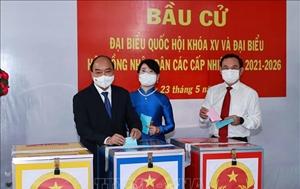 Chủ tịch nước Nguyễn Xuân Phúc bỏ phiếu bầu cử tại TP Hồ Chí Minh