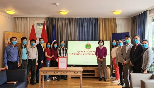 Đại sứ quán Việt Nam tại Thụy Sỹ quyên góp ủng hộ Quỹ phòng, chống dịch