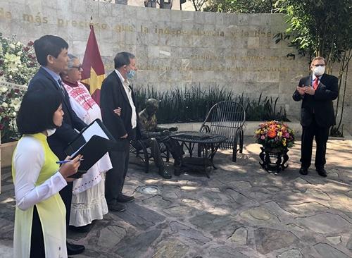 Lãnh đạo cánh tả và tiến bộ quốc tế dâng hoa tại Tượng đài Chủ tịch Hồ Chí Minh ở Mexico