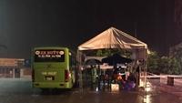 Hà Tĩnh sử dụng xe buýt làm các chốt trực phòng dịch trong bối cảnh mưa lớn kéo dài