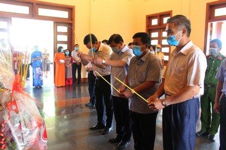 Lãnh đạo tỉnh Vĩnh Long dâng hương tưởng nhớ cố Thủ tướng Võ Văn Kiệt