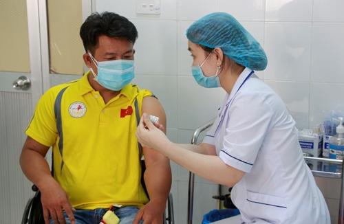 Tiêm phòng vắc- xin COVID-19 cho Đoàn vận động viên Paralympic Việt Nam