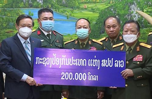 Bộ Quốc phòng Lào ủng hộ 200 000 USD cho Quỹ phòng, chống COVID-19 Việt Nam