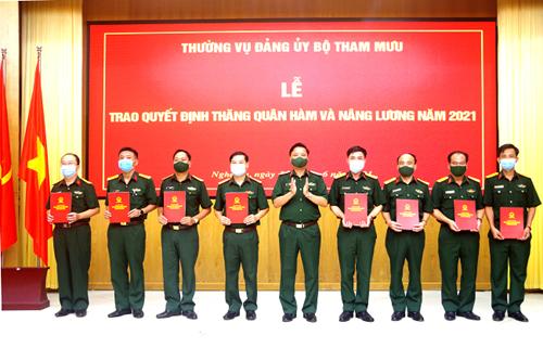 Quân khu 4 Trao quyết định thăng quân hàm thượng tá cho sĩ quan