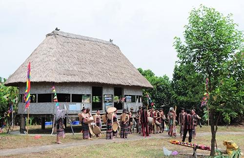 Nhà Gươl - biểu tượng văn hoá của dân tộc Cơ Tu