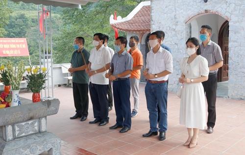 Ban Tổ chức Chương trình Màu hoa đỏ dâng hương tưởng niệm các anh hùng liệt sĩ tại Hà Giang