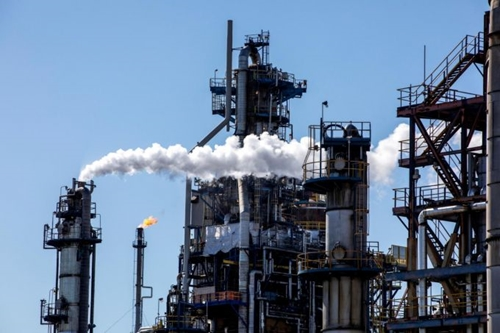 Giá dầu thế giới tăng gần 2