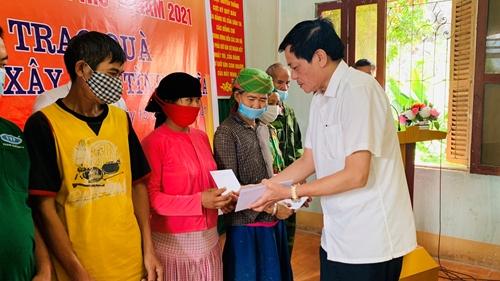 Chương trình Màu hoa đỏ tặng quà tình nghĩa cho các gia đình chính sách tại Hà Giang