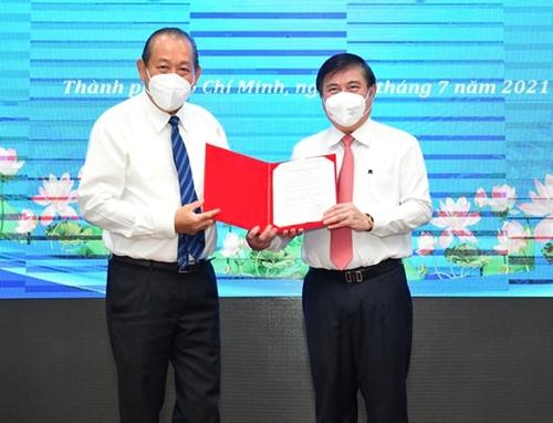 Trao quyết định phê chuẩn kết quả bầu Chủ tịch và các Phó Chủ tịch UBND TP Hồ Chí Minh nhiệm kỳ 2021-2026