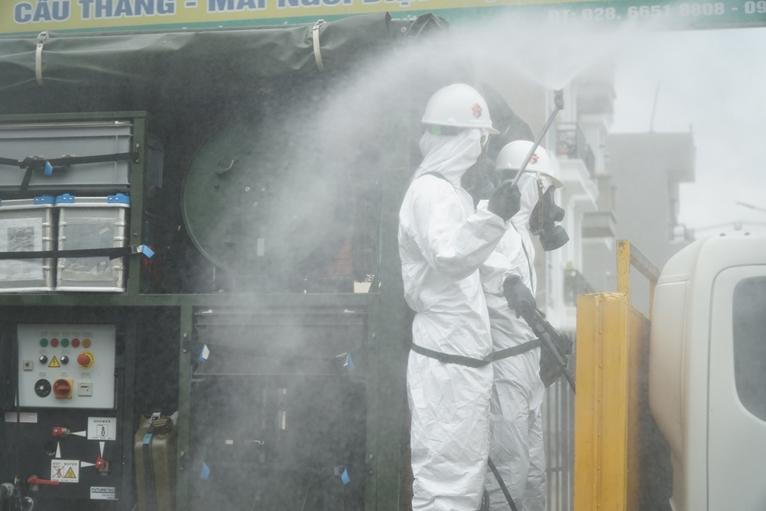 TP Hồ Chí Minh Gần 2 000 cán bộ, chiến sỹ tham gia phun khử khuẩn phòng, chống dịch