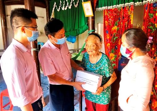 NHCSXH huyện Quảng Ninh tặng quà cho Mẹ Việt Nam anh hùng nhân dịp 74 năm Ngày Thương binh, Liệt sỹ