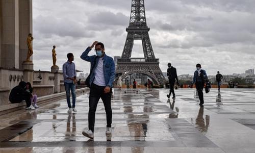 Pháp đương đầu với làn sóng COVID-19 mới, số ca mắc tăng cao chưa từng có