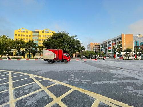 Đường phố Hà Nội vắng vẻ trước giờ giãn cách