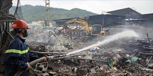 Cháy hàng nghìn mét vuông xưởng chứa phế liệu tại khu làng nghề Tràng Minh