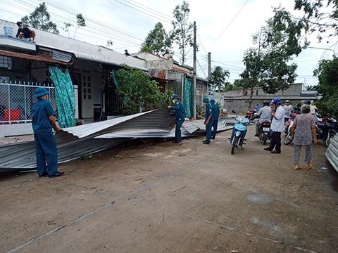 Mưa kèm theo dông lốc gây nhiều thiệt hại tại các địa phương