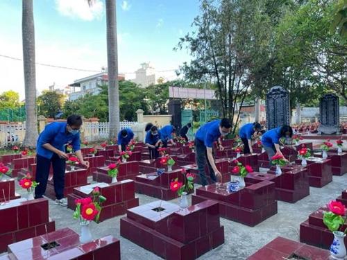 Hoa dâng mộ liệt sĩ tri ân các anh hùng liệt sĩ đất Cảng
