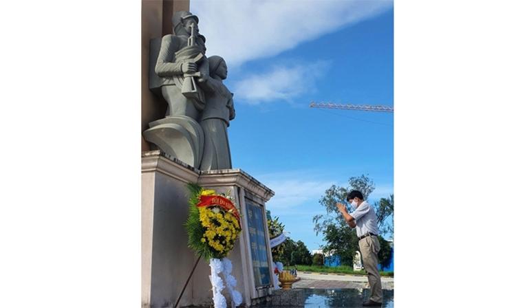 Dâng hương tại Đài hữu nghị Campuchia – Việt Nam