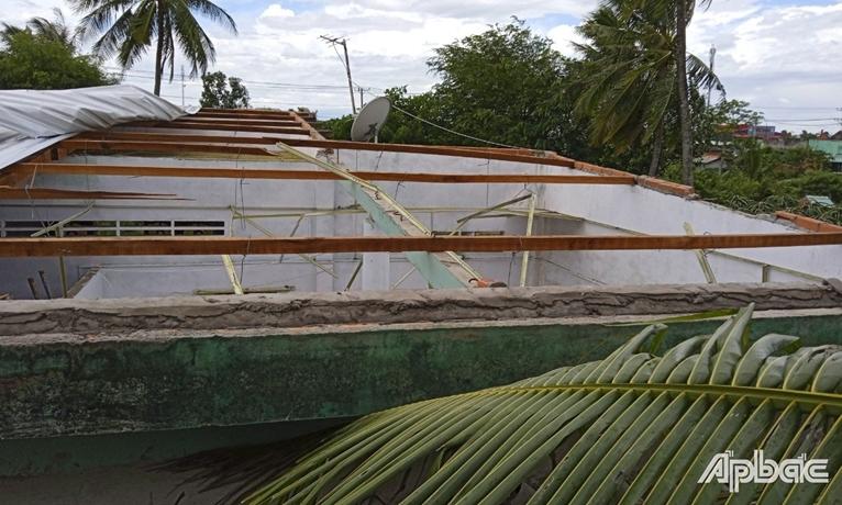 Mưa dông làm nhiều ngôi nhà bị sập, tốc mái