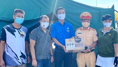 Tuổi trẻ Thủ đô động viên lực lượng đang làm nhiệm vụ tại các chốt kiểm soát phòng chống dịch