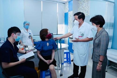 Tiêm vắc-xin phòng COVID-19 cho lao động khuyết tật và yếu thế