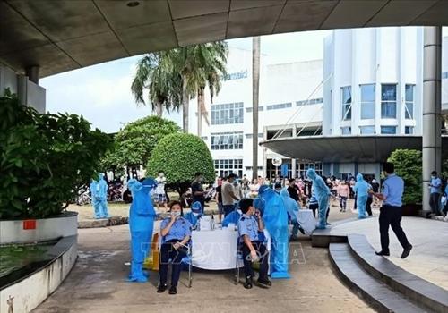 Vượt 10 000 ca mắc COVID-19, Bình Dương huy động 20 000 người giúp ngành Y tế