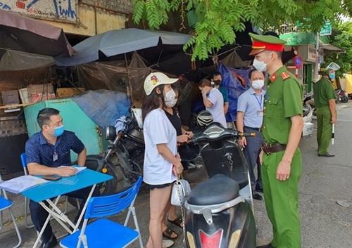 Hà Nội xử phạt hơn 11 tỷ đồng các trường hợp vi phạm giãn cách xã hội