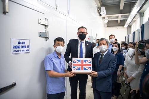 Tiếp nhận lô 415 000 liều vaccine AstraZeneca do Chính phủ Anh tặng