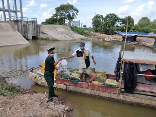 Đồn Biên phòng Vĩnh Châu tặng quà cho ngư dân có hoàn cảnh đặc biệt khó khăn