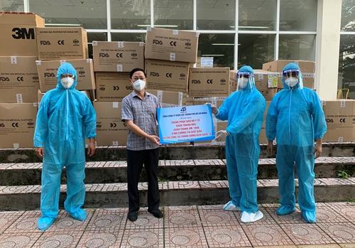 Trao tặng vật tư y tế thiết yếu cho y bác sĩ bệnh viện dã chiến