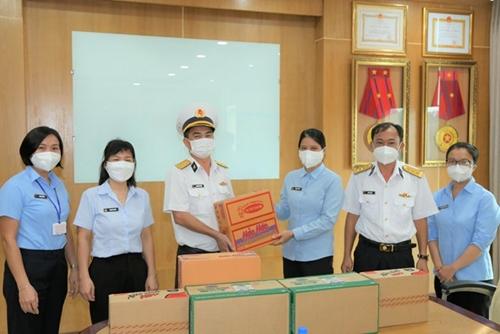 Tổng công ty Tân cảng Sài Gòn tặng quà tuyến đầu sản xuất, phòng chống dịch