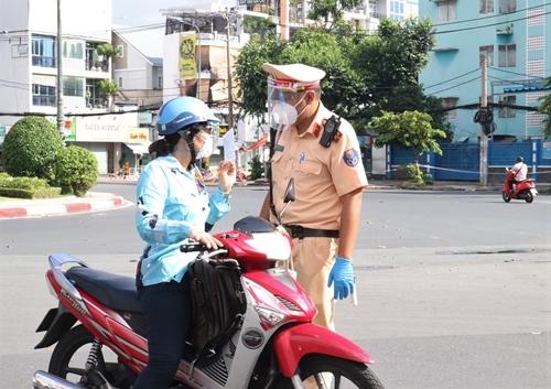 Người dân TP Hồ Chí Minh tuân thủ quy định trong ngày đầu siết chặt kiểm soát
