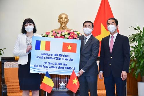 Tiếp nhận vắc-xin do Ru-ma-ni tặng Việt Nam