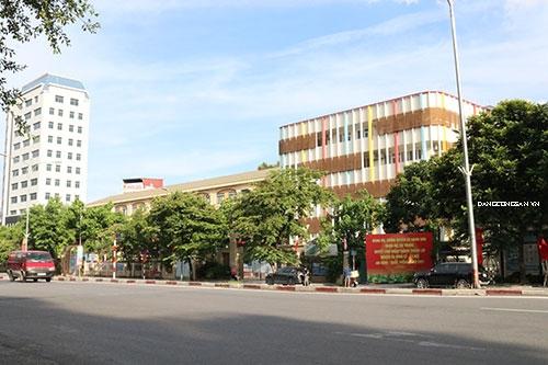 """Hà Nội Nguy cơ tai nạn giao thông """"rình rập"""" cổng trường"""