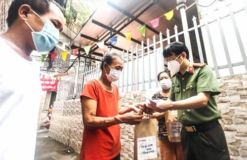 Trao quà tặng người dân xóm chạy thận ở Hà Nội