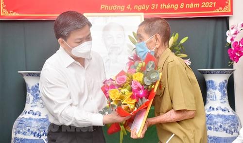 Bến Tre trao Huy hiệu Đảng cho các đảng viên đợt 2 9