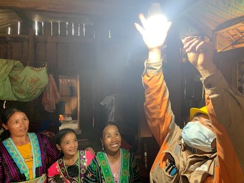 Điện lưới quốc gia đến các bản làng vùng cao Bãi Tám Sơn La