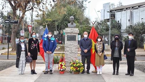 Dâng hoa tưởng niệm Chủ tịch Hồ Chí Minh tại Chile