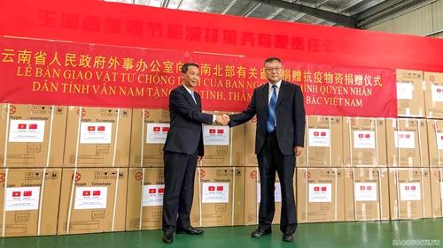 Tiếp nhận trang thiết bị, vật tư y tế phòng, chống dịch COVID-19 từ Vân Nam Trung Quốc