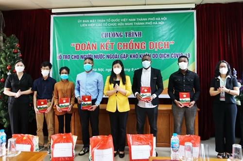 Hà Nội Trao quà hỗ trợ sinh viên nước ngoài gặp khó khăn do dịch COVID-19