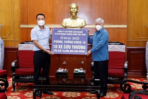 Lãnh đạo MTTQ Việt Nam tiếp nhận ủng hộ 10 xe cứu thương trị giá gần 11 tỷ đồng