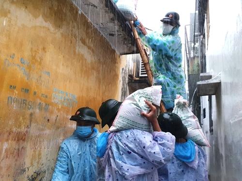 Đà Nẵng Đội mưa giúp dân chống bão