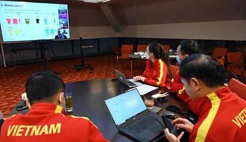 ĐT Futsal Việt Nam mặc trang phục màu đỏ trong trận ra quân gặp ĐT Futsal Brazil