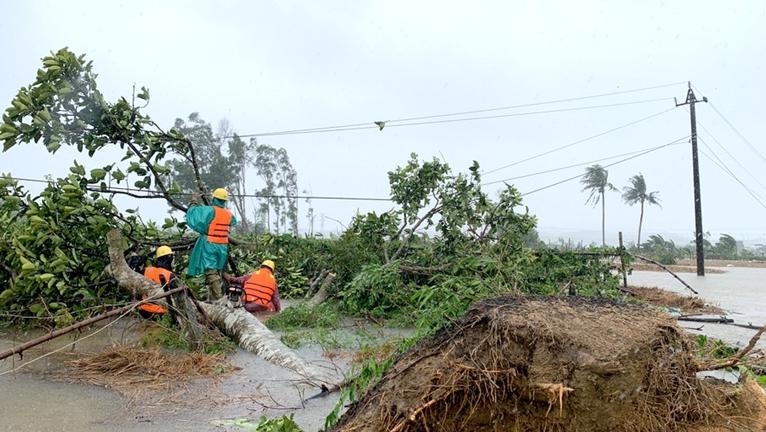 Hơn 99 khách hàng tại miền Trung – Tây Nguyên đã được cấp điện trở lại sau bão số 5