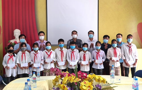 Trưởng Ban Tuyên giáo Tỉnh ủy Vũ Mạnh Hà làm việc tại huyện Yên Minh